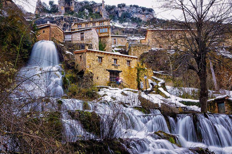 Orbaneja_del_Castillo._Caída_de_la_cascada_en_el_Ebro.jpg